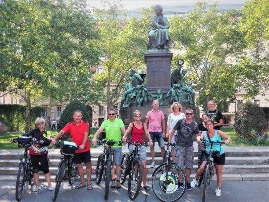 Grupo en bicicleta delante de la estatua de Beethoven