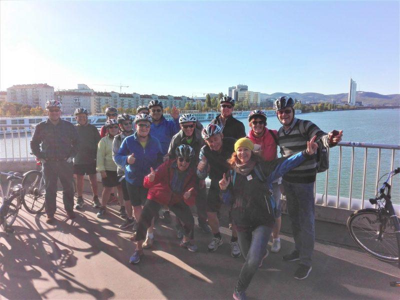 Grupo en bicicleta en Reichsbrücke (un puente del Danubio)