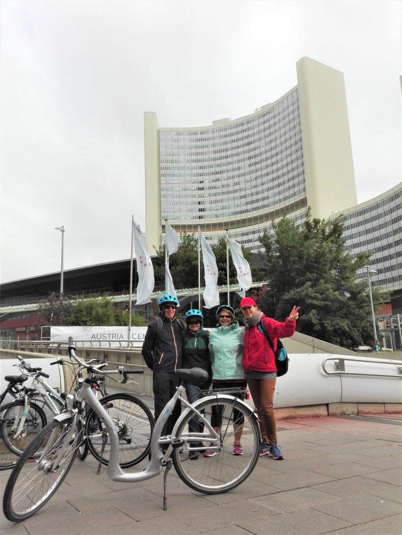 Grupo en bicicleta delante de las Naciones Unidas en Viena